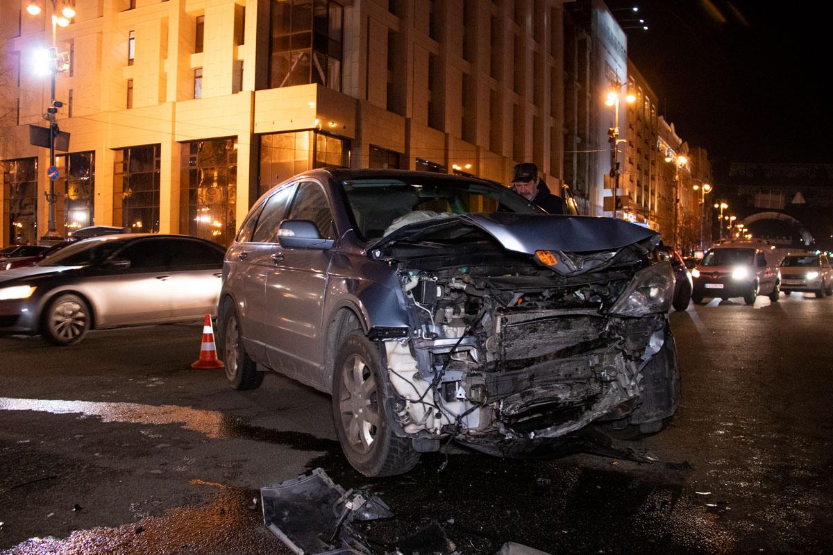 Honda CR-V выезжала на Крещатик со стороны Михайловской улицы, когда в нее влетел белый седан Volkswagen