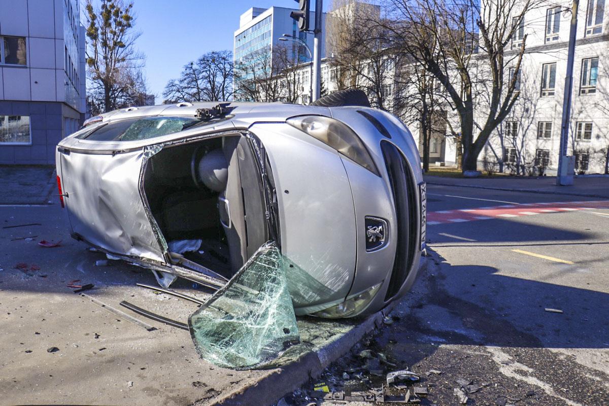 Не поделили два дорогу два автомобиля Peugeot, в следствие чего один из них перевернулся на бок