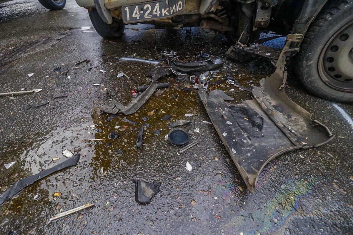Оба автомобиля получили значительные повреждения передних бамперов