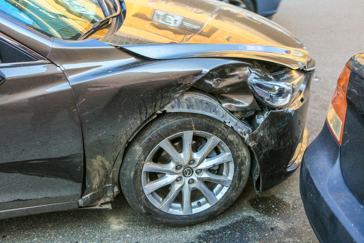 В то же время Mazda визуально пострадала не так сильно - удар пришелся в колесо, которое и приняло на себя значительную часть энергии