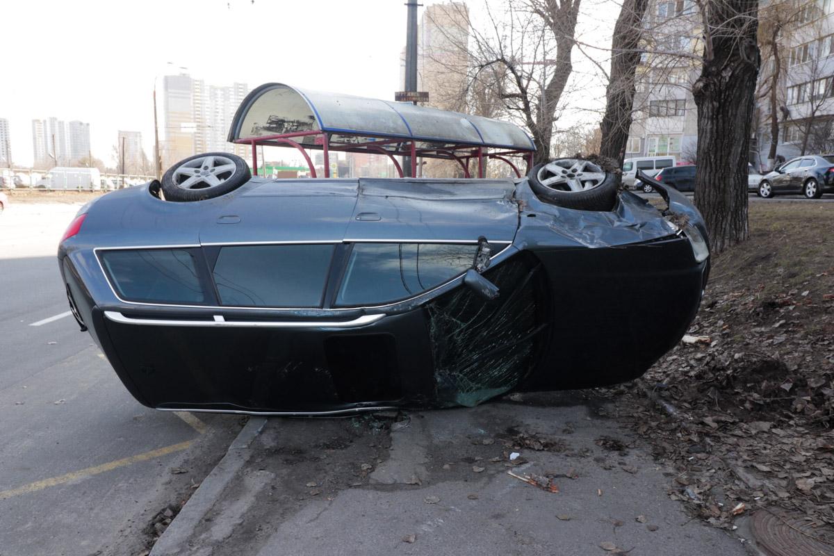 В результате чего Audi вылетела на тротуар, снесла остановку общественного транспорта и перевернулась