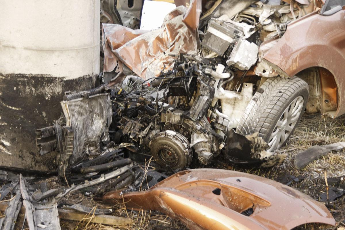 На прямом участке дороги автомобиль влетел в опору недостроенного моста, которая находится на обочине