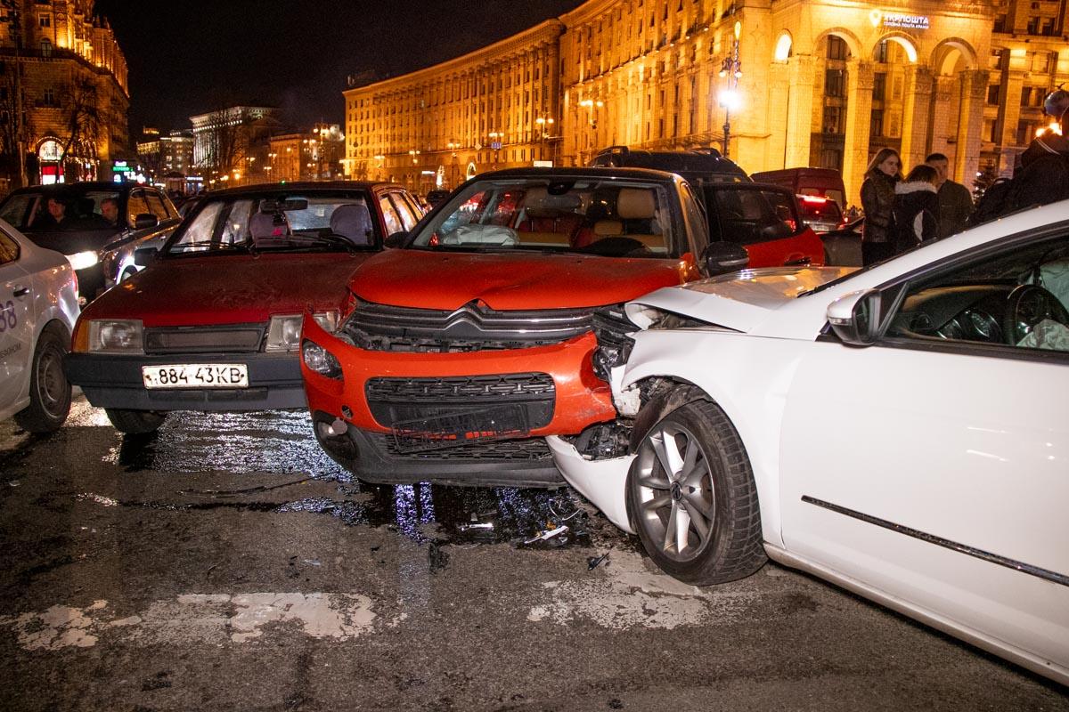 В центре Киева произошла авария с участием шести автомобилей