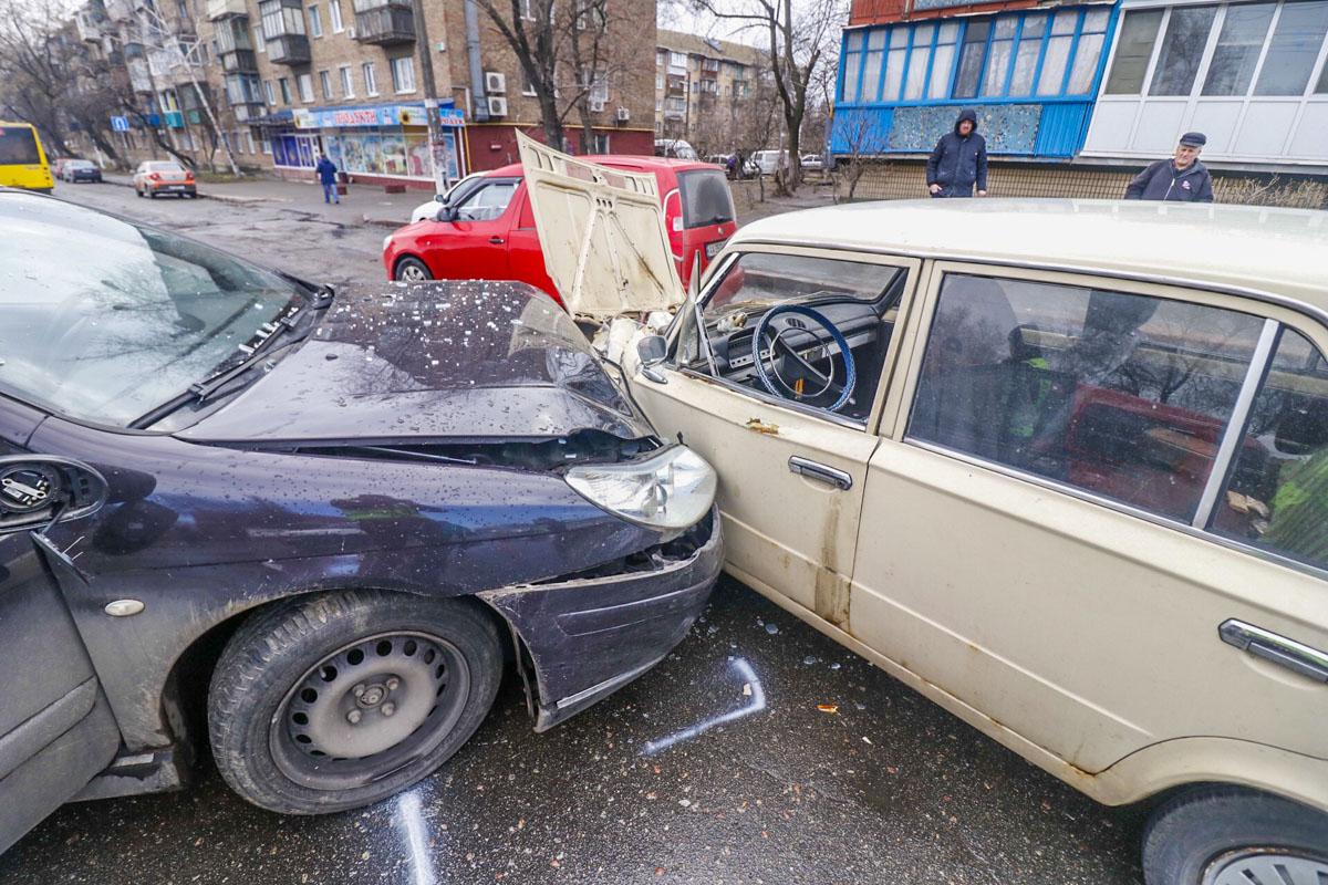Обе машины двигались по Привокзальной в сторону улицы Бориспольской