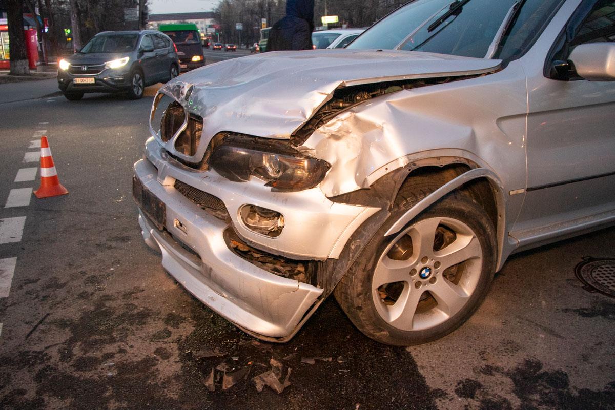 На пересечении улиц Васильковская и Ломоносова BMW X5 протаранил Volkswagen Tiguan