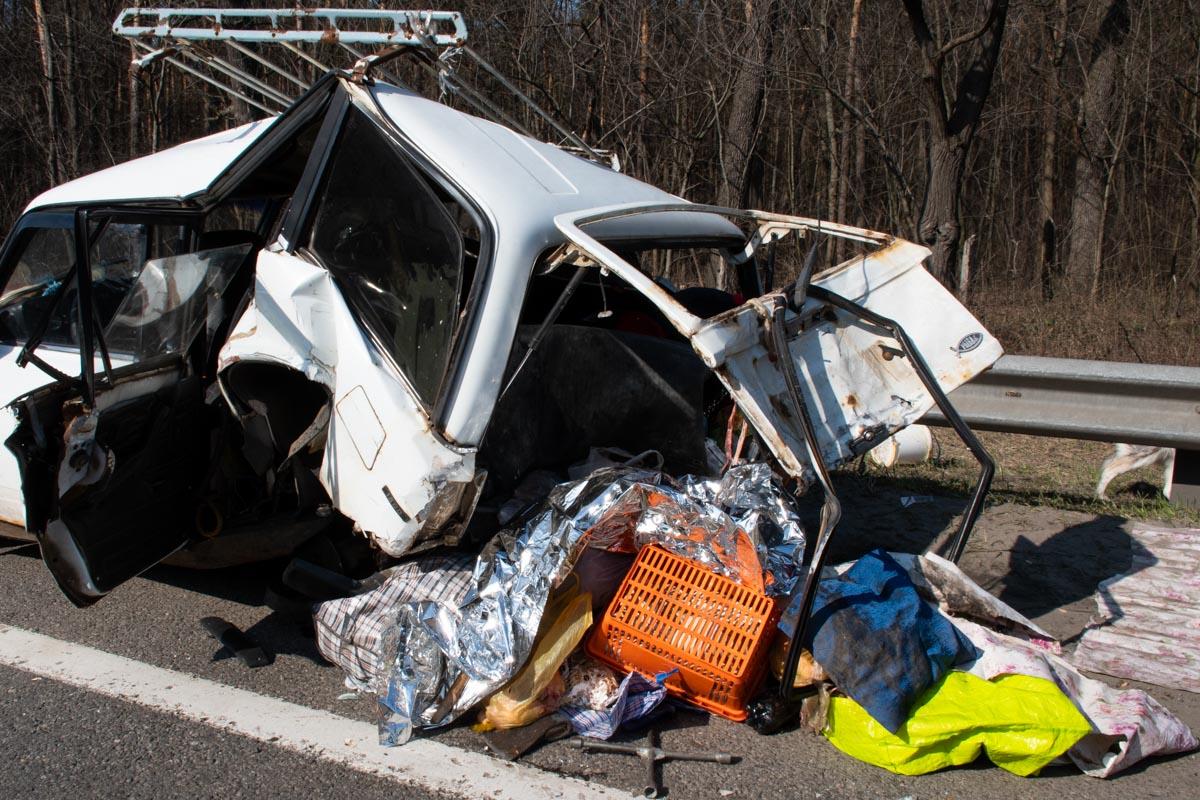 В момент аварии внутри была жена и мать водителя, их госпитализировали в больницу