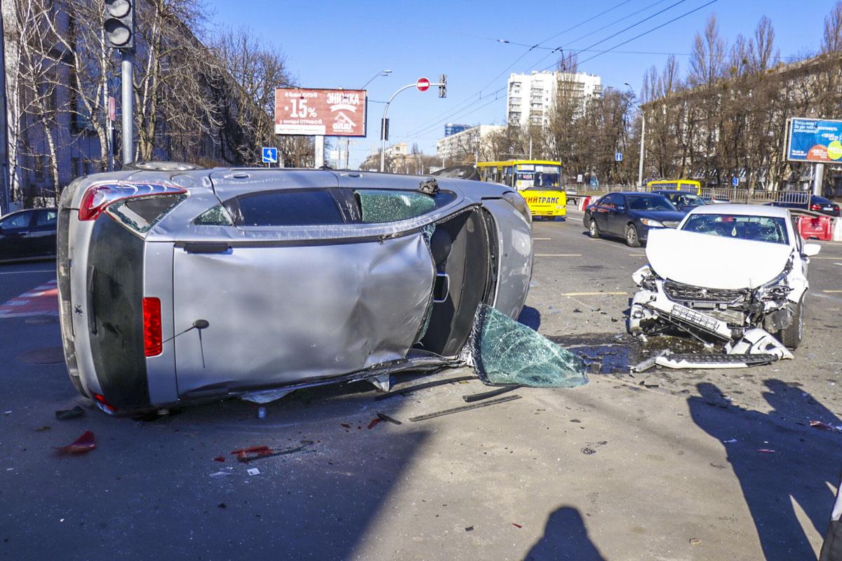 В результате столкновения водитель Peugeot сломал ногу