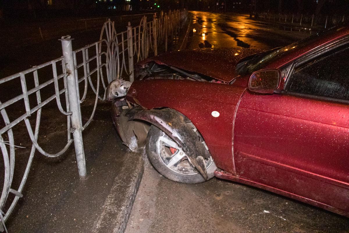 Машину занесло, она вылетела на островок безопасности, снесла знак пешеходного перехода и сбила женщину