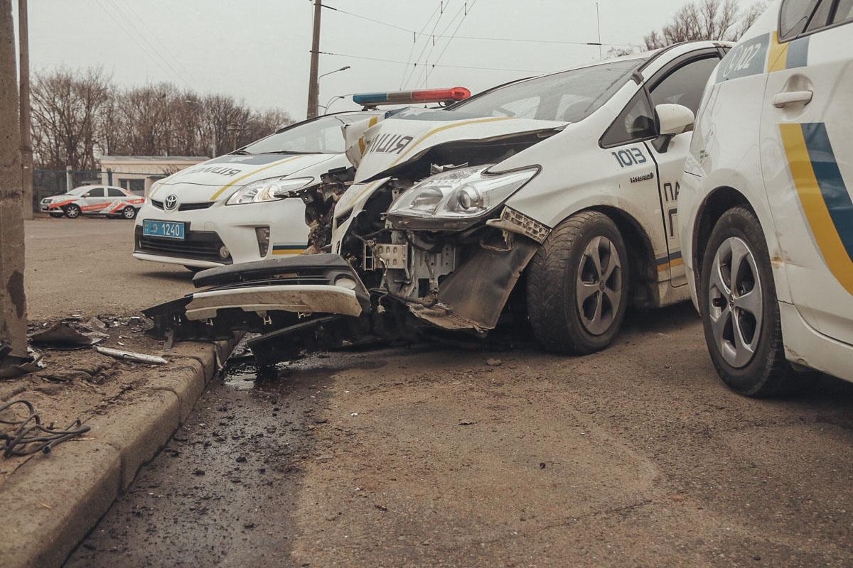 Полицейский автомобиль от столкновения со столбом получил серьезные повреждения всей передней части и моторного отсека
