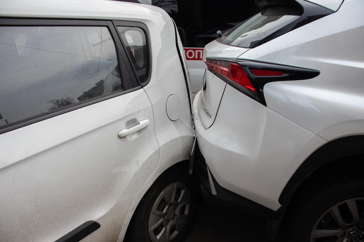 """От удара """"японец"""" вылетел на припаркованные автомобили Kia Soul и Lexus NX 200"""