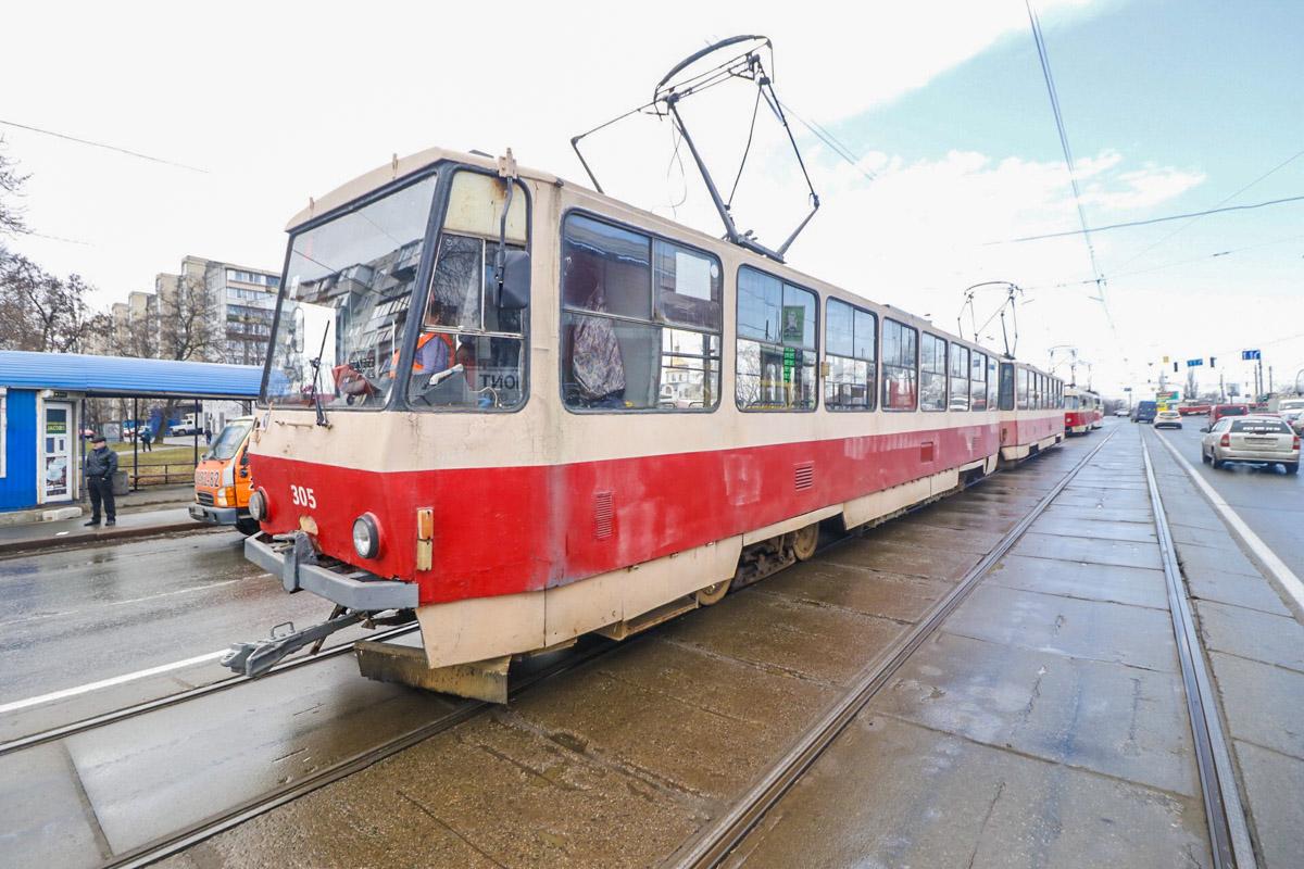 Citroen развернуло на трамвайные пути и он перекрыл движение трамваев