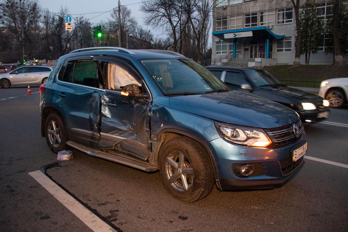 По предварительной информации, BMW X5 двигался на зеленый свет, когда перед ним начал разворот Volkswagen Tiguan