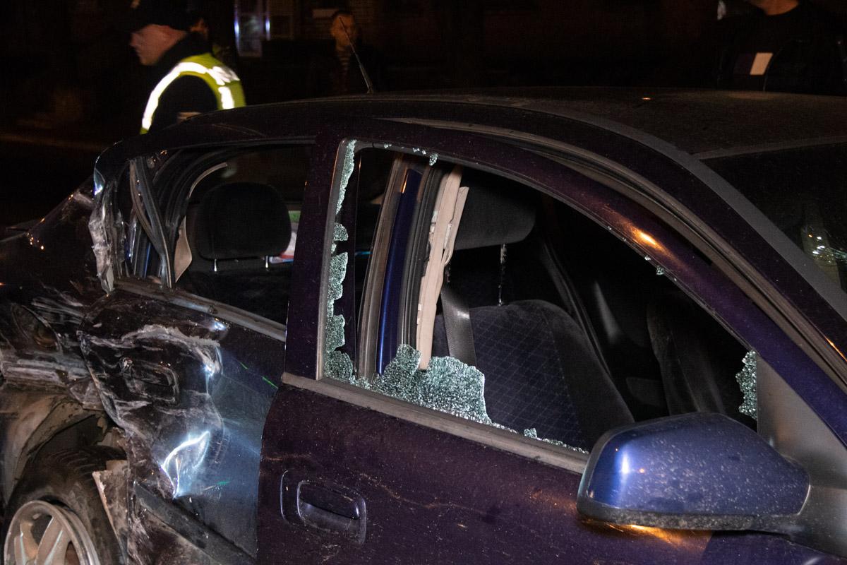 От удараOpel занесло, он вылетел на встречную полосу, где столкнулся лоб в лоб с припаркованным автомобилемChevrolet Aveo