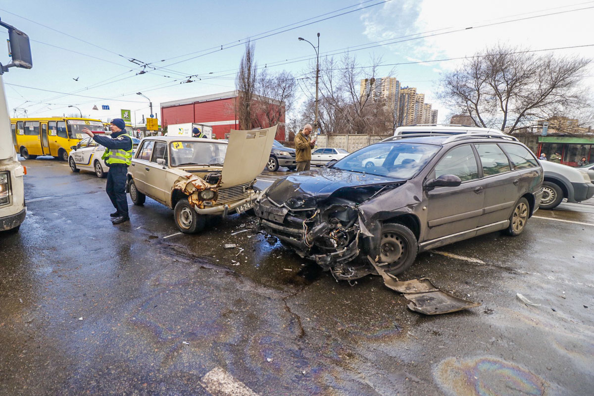Автомобиль Citroen не заметил женщину с ребенком на улице Привокзальной, 10, которые переходили дорогу