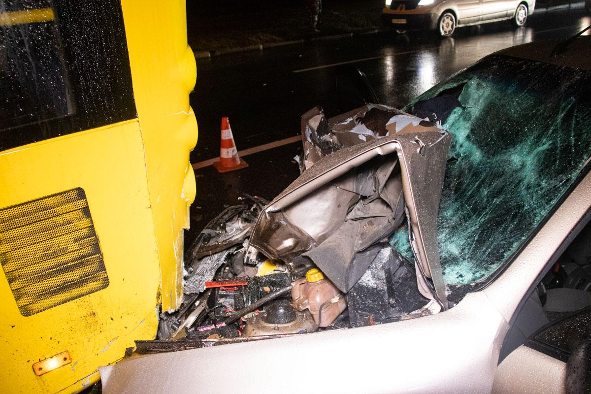 Водителя и второго пассажира из искореженного автомобиля вырезали спасатели при помощи спецтехники