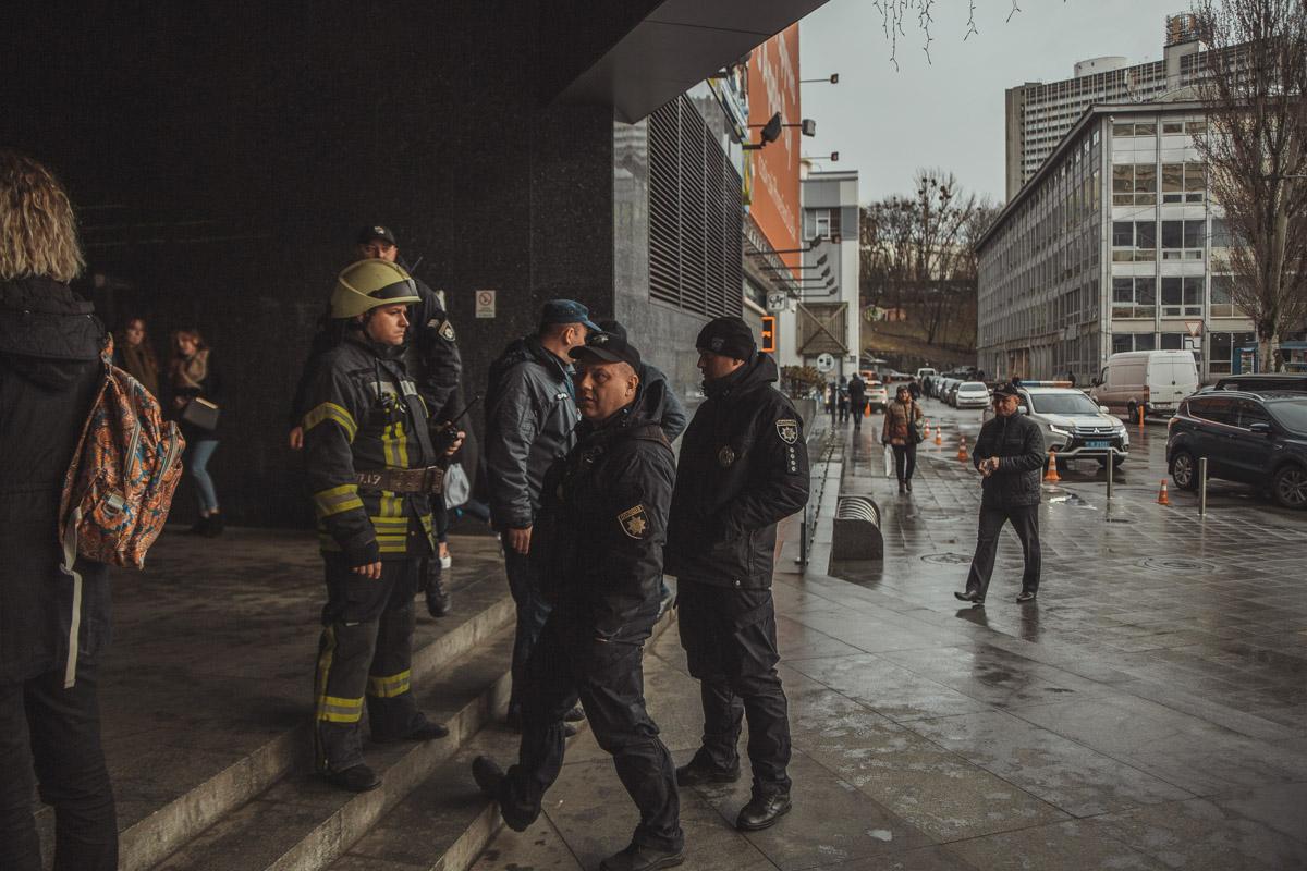 Они дежурят на месте происшествия и ожидают взрывотехников
