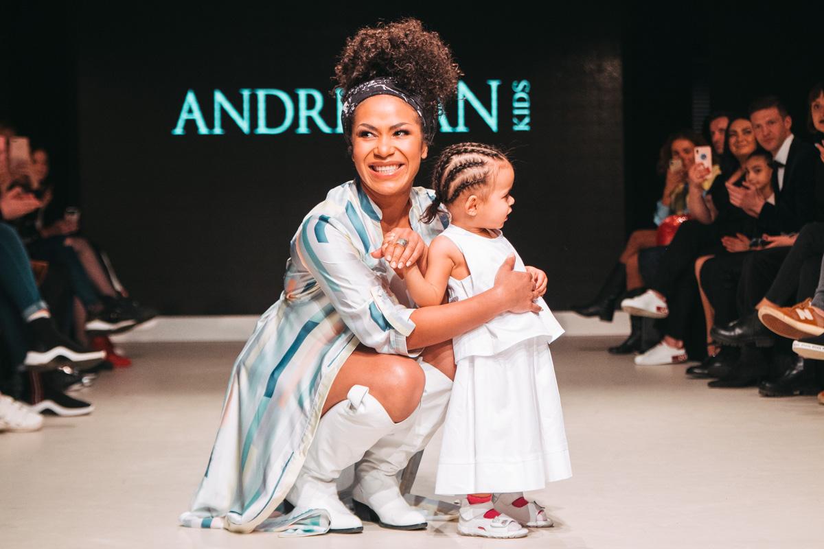 Открыла показ певица Гайтана со своей почти двухлетней дочерью