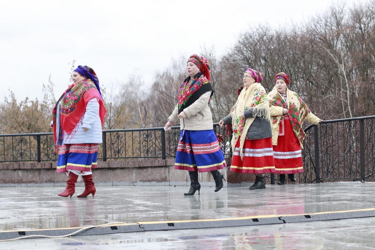 Также гостей мероприятия ждали многочисленные хороводы и другие традиционные активности