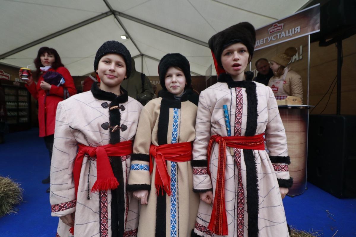 Глядя на эту троицу козаков, например, невозможно не улыбнуться