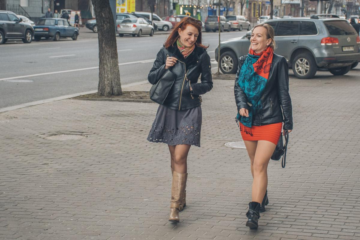 Целый день девушки иженщины радовали друг друга и окружающих мужчин лучезарными улыбками и оголенными ножками