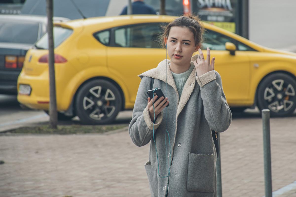 А эта девушка однозначно слушает плейлист к 8 марта, подготовленный Информатором