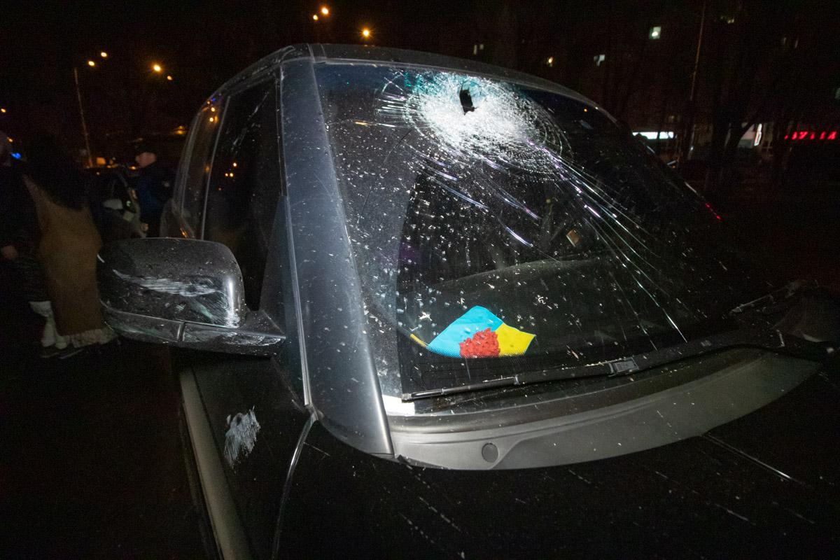 Свидетели утверждают, что видели только мужчину и женщину, которые вышли из машины