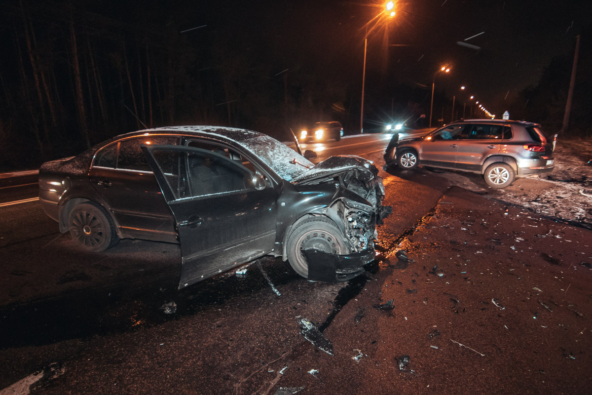 На Старообуховской трасе в Киеве произошла авария с участием Volkswagen Tiguan и Skoda Superb