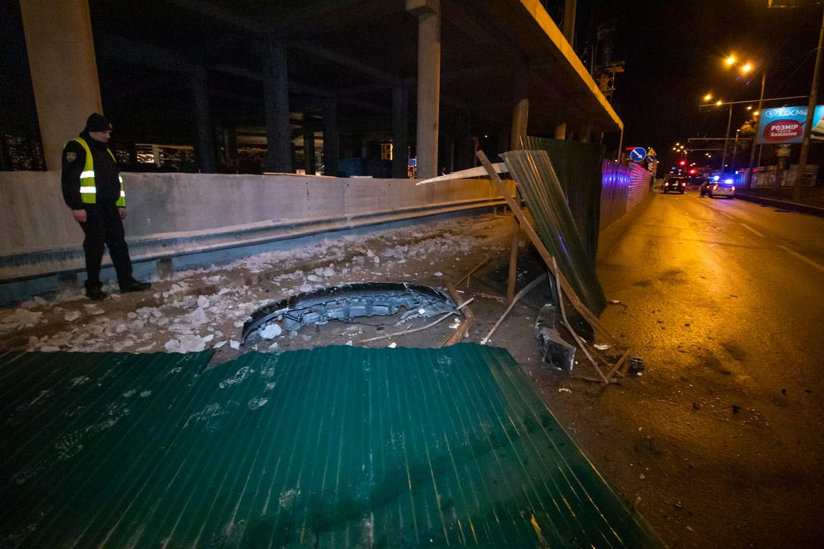 В Киеве по адресу проспект Леся Курбаса, 18 Range Rover вылетел с проезжей части и протаранил забор стройки