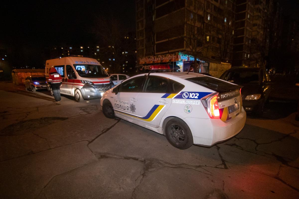 По словам мужчины, около 21:00 его сын начал вести себя агрессивно и стал колотить в дверь к соседям