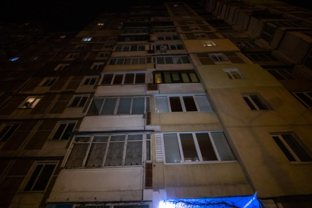 Около 21:40 произошла еще одна вспышка, погибший бросился к окну и выпрыгнул в него