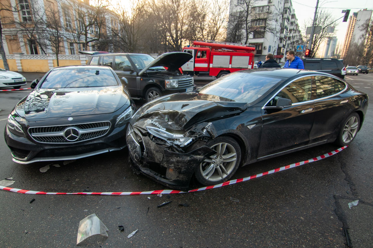 В центре Киева Tesla протаранила Mercedes и Range Rover