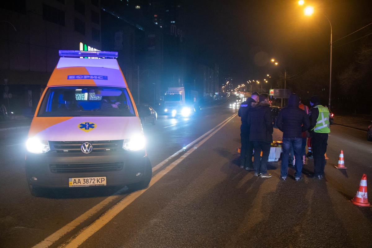 Мужчине оказывали первую помощь прямо на проезжей части