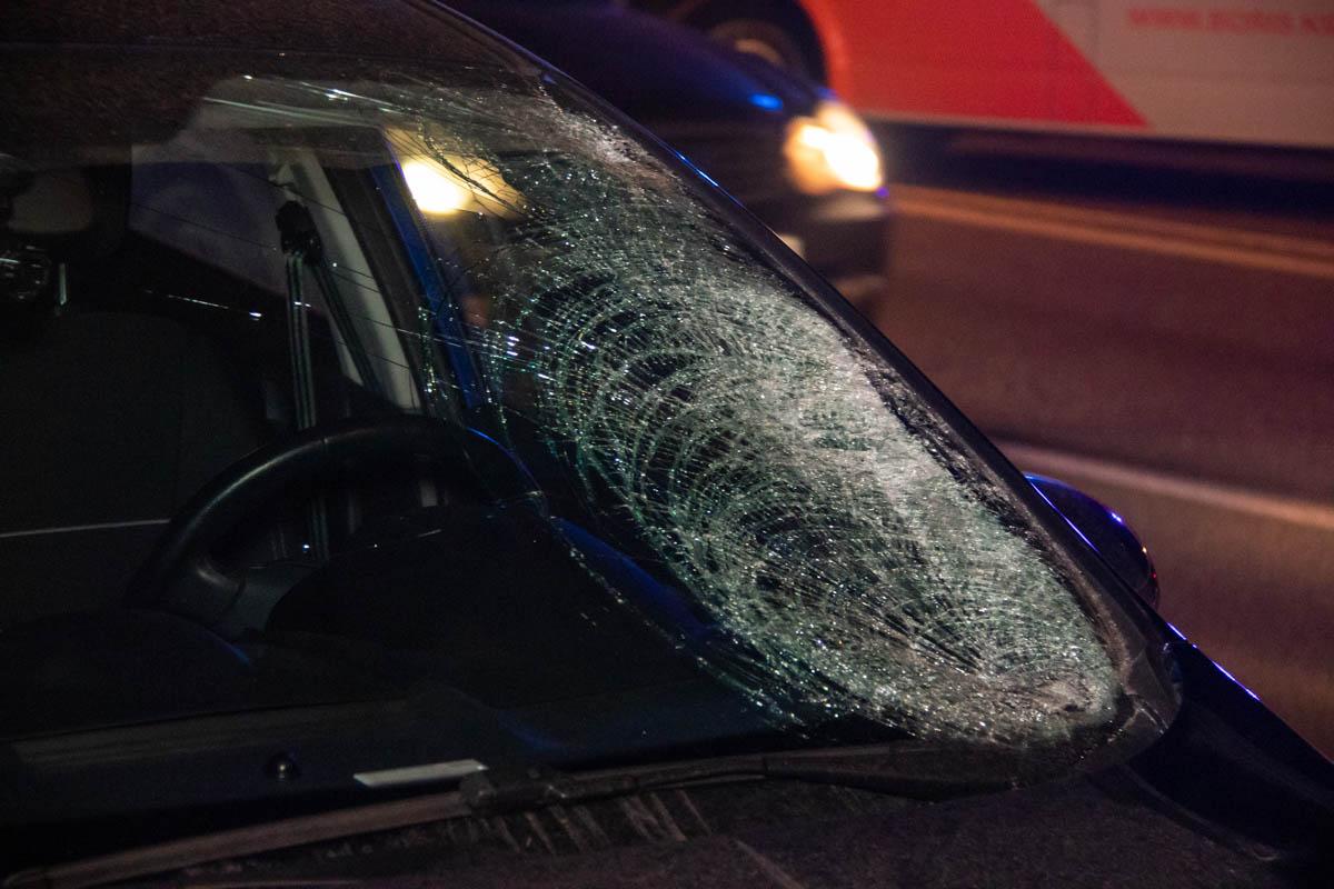 Водитель утверждает, что мужчина в прямом смысле прыгнул ему под колеса