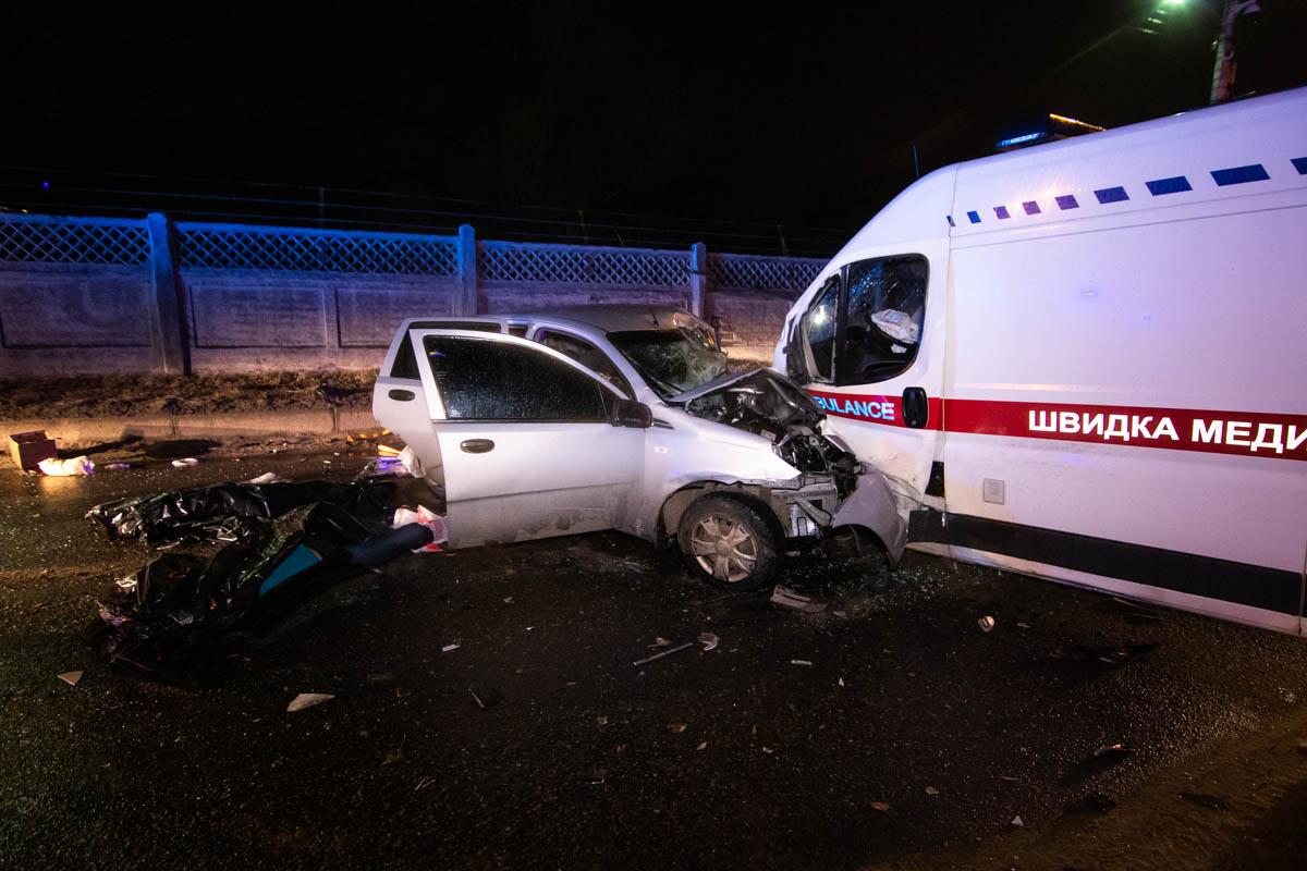 В ночь на 1 марта в Киеве при выезде с моста Метро на Броварском проспекте столкнулись ZAZ и карета «скорой» помощи