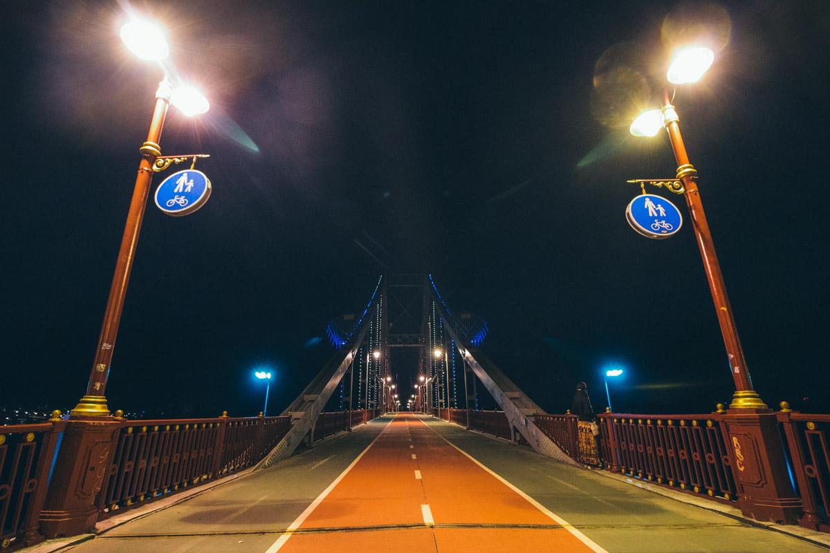 Парковый мост под покровом ночи