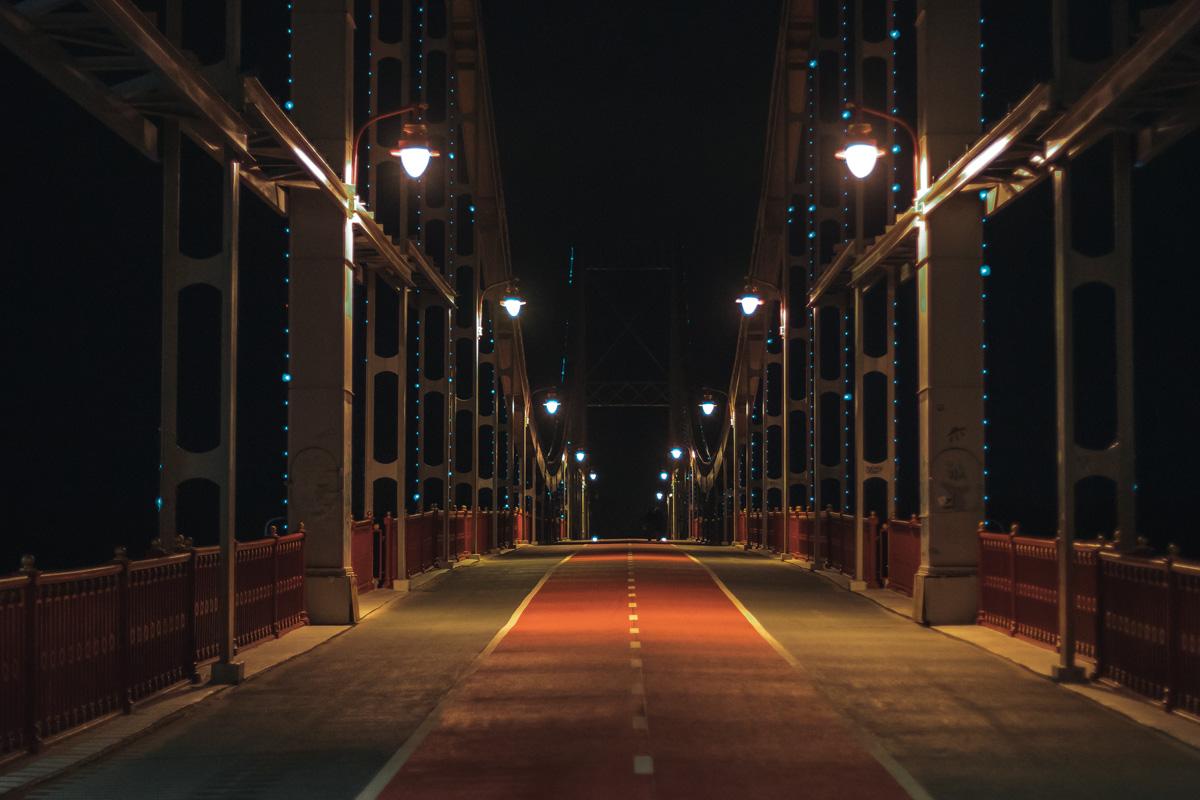 Парковый мост ждет привычную городскую дневную суету