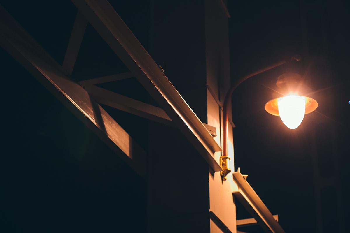 Свет рассекает ночую тьму над Парковым мостом