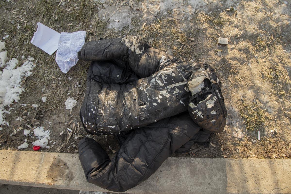 Один из мужчин сбросил обгоревшую куртку