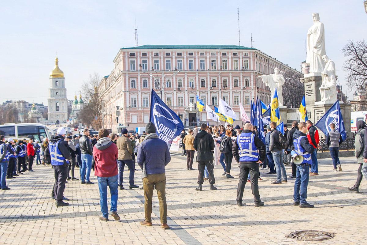 Возле памятника княгине Ольге собрались представители ультраправых националистических организаций и члены движения «Традиция и порядок»