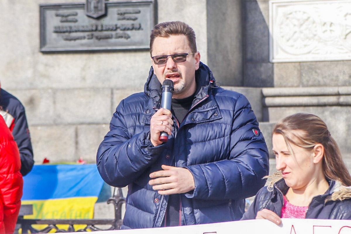 С так называемой сцены активист в микрофон объяснил позицию митингующих