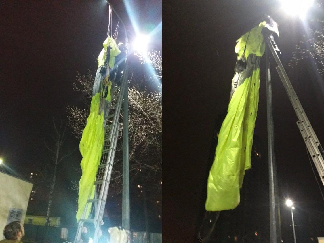 В Киеве мужчина с парашютом прыгнул с 30-этажного дома и повис на столбе