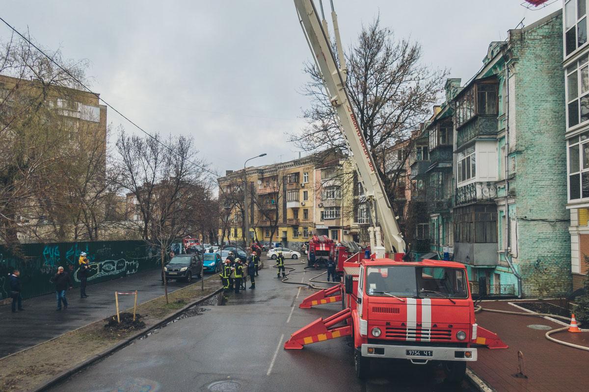 В среду, 27 марта, в Подольском районе Киева по адресу улица Юрковская, 28 загорелась квартира на 3 этаже