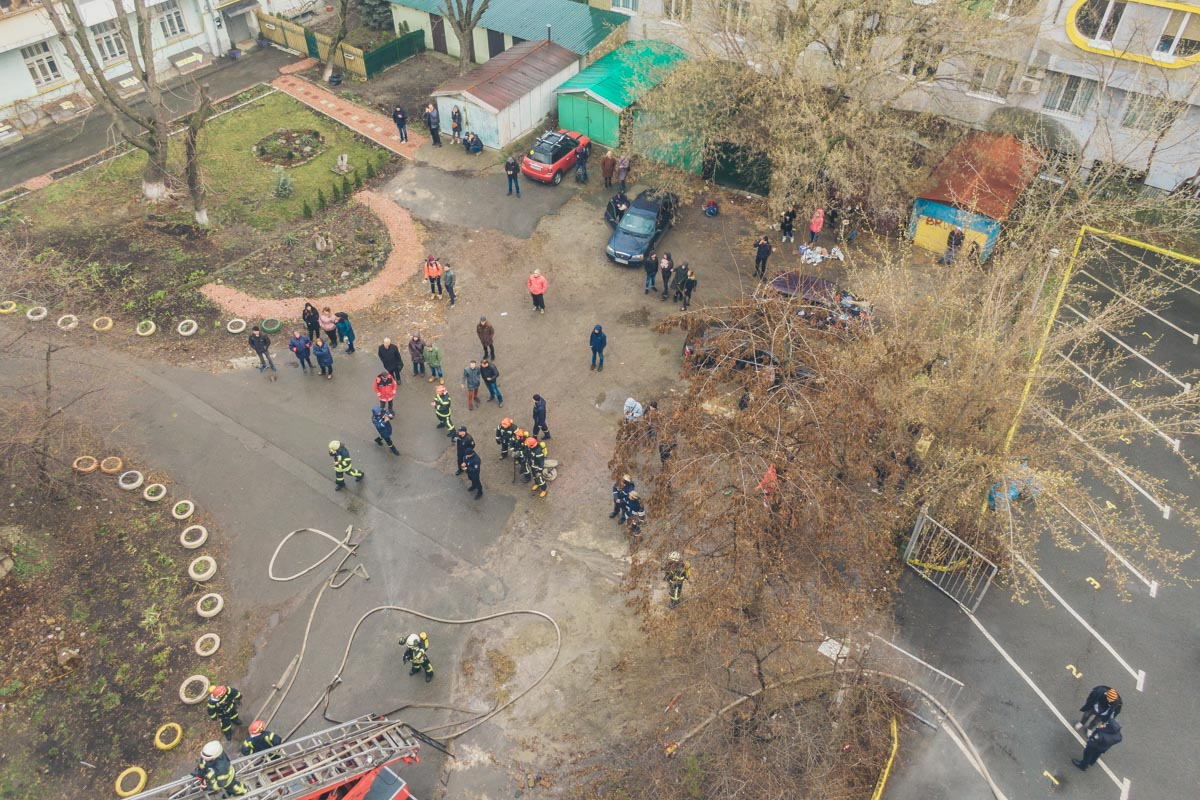 Информации о пострадавших пока нет, однако спасатели все еще работают над локализацией и ликвидацией пожара