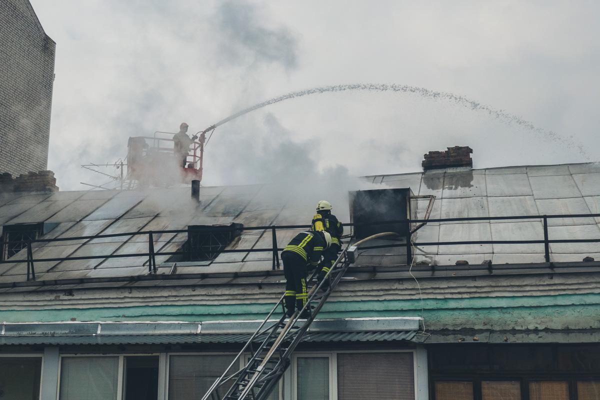 Площадь пожара, предварительно, составила около 100 квадратных метров