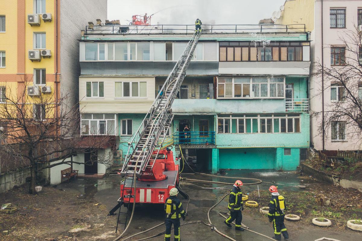 По состоянию на 13:40 спасатели продолжают ликвидировать пожар на крыше с помощью коленчатого подъемника
