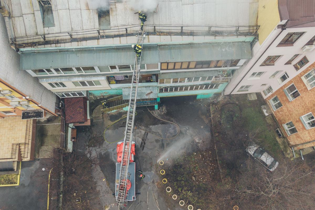 На месте работает 9 единиц спасательной техники и 37 человек личного состава