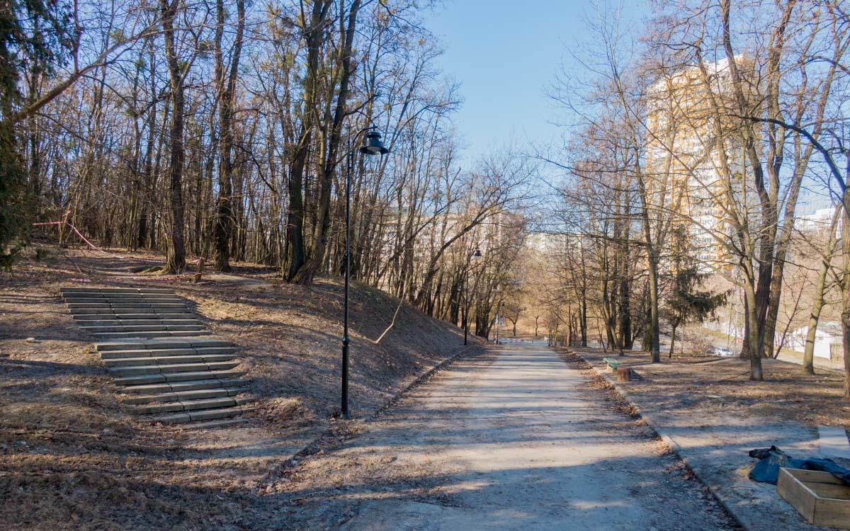 Парк довольно холмистый, кое-где вымощены дорожки и лестнички
