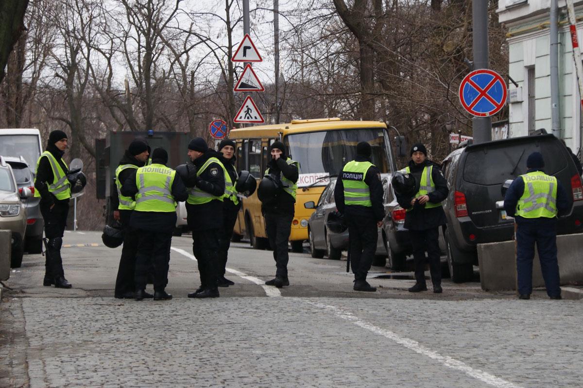 По состоянию на 9:00 на Михайловской площади у собора и на прилегающих улицах дежурят несколько сотен правоохранителей