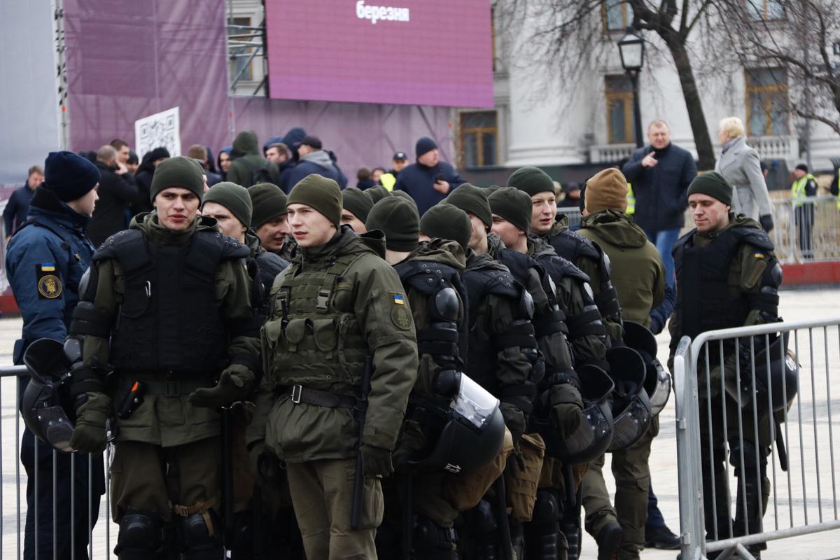 Такая подготовка связана с выступлением Петра Порошенко, который в 11:00 встретится с избирателями