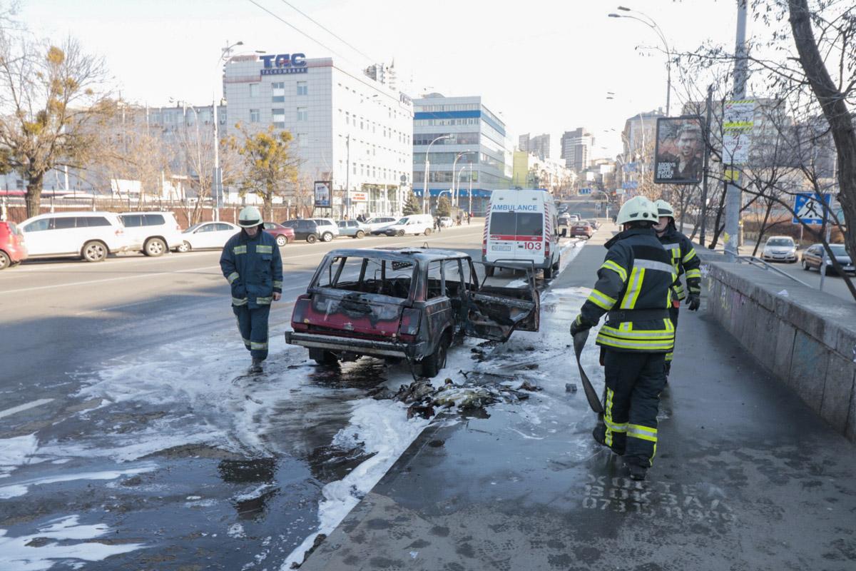 На улице Симона Петлюры загорелся ВАЗ